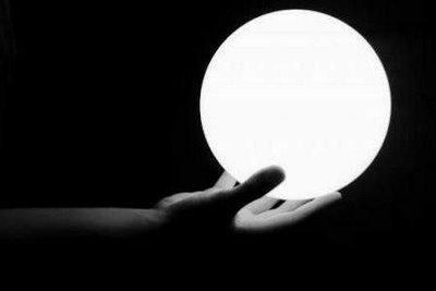 Le he preguntado a la bola de cristal que predice tu futuro en el Feisbuk que si voy a volver a casa sobria y si mañana estaré como una rosa y la jodia bola ha contestado (dos veces):