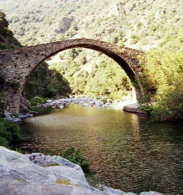 Qué lejos está el puente...